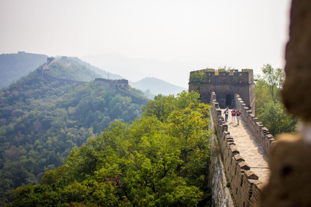 Čínsky múr sa tiahne po hrebeni pri dedinke Mutianyu